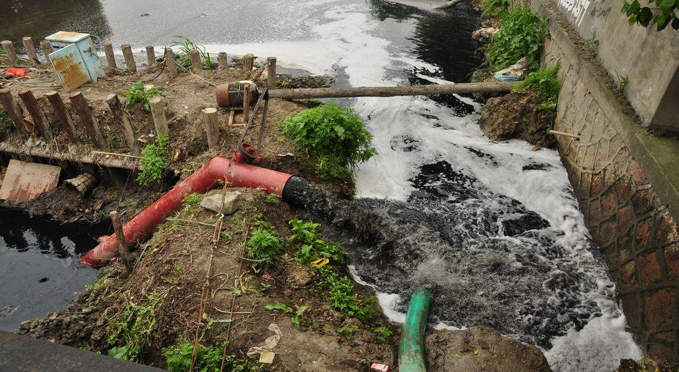 机泵将黑水抽排至下游